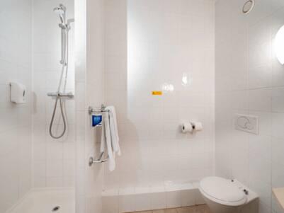 Leeds Central Vicar Lane - Bathroom with shower