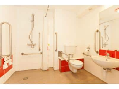 Brighton Seafront Hotel - Accessible Bathroom