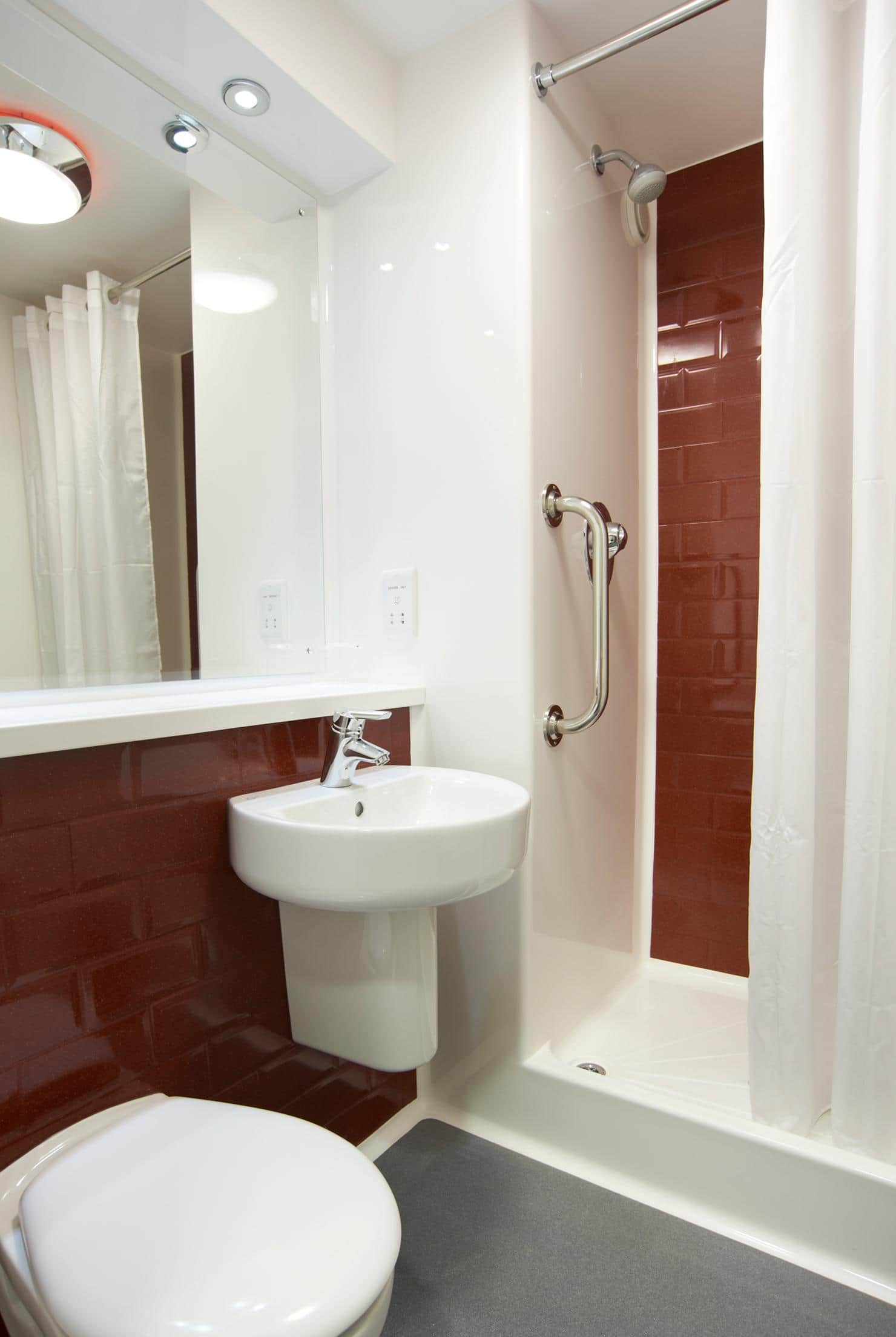 Travelodge edinburgh central queen street hotel for Bathrooms liverpool